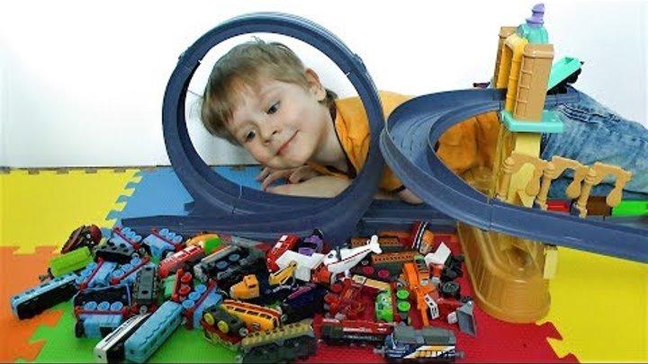 Томас и его друзья паровозики из Чаггингтона катаются с горки видео для детей про игрушки
