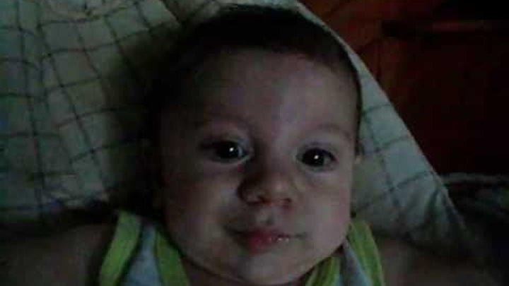 малыш так забавно реагирует на ветер в лицо