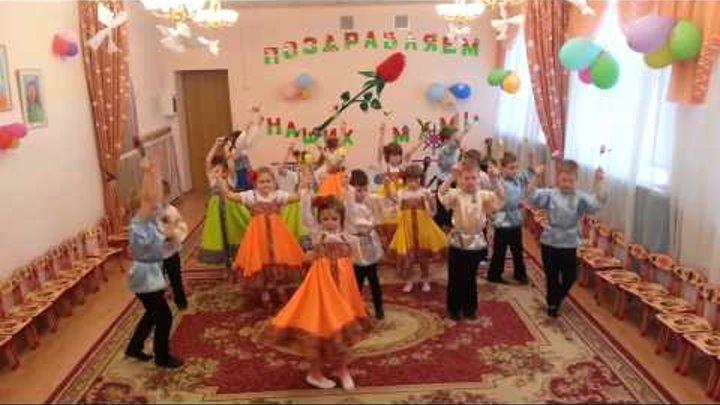 """""""Танец с цветами"""" исполняют дети подготовительной группы на утреннике 8 Марта."""