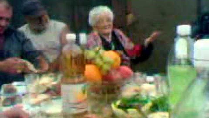 90 летняя Ассирийская бабушка Роза поет на русском языке о любви.