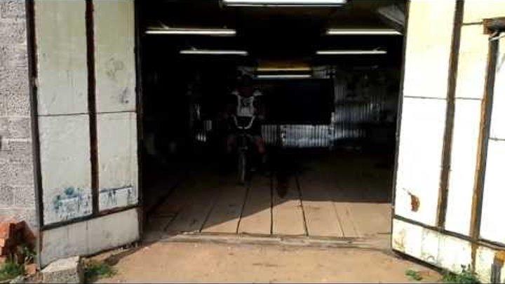 Призрачный гонщик в гараже