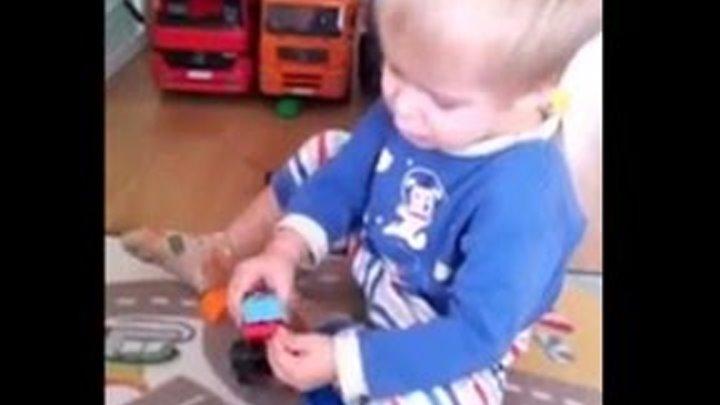 Занимаемся с детьми дома - Вася 2г 5мес. Конструирование - машинки-трансформеры Лего Дупло.