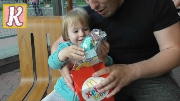 VLOG Макдональдс, Хеппи Мил, игрушка Энгри Бёрдс, кормим птичек с рук. McDonalds toys Happy Meal.