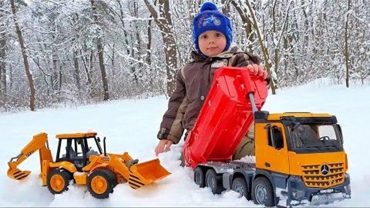 Машинка BRUDER самосвал в снежном лесу. Играем с Даником машинками Брудер. Курносики Junior