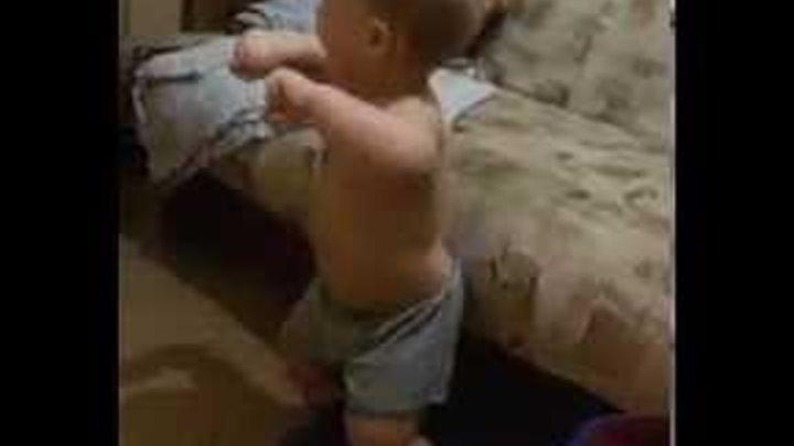 Малыш танцует под живую сталь