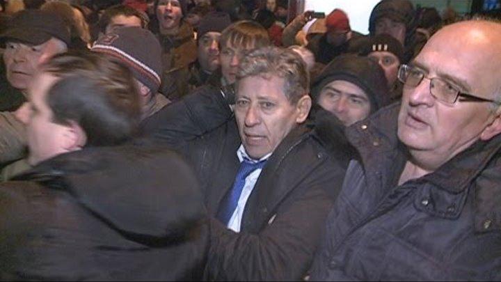 Mihai Ghimpu agresat in fata parlamentului. Varianta integrala. EXCLUSIV!