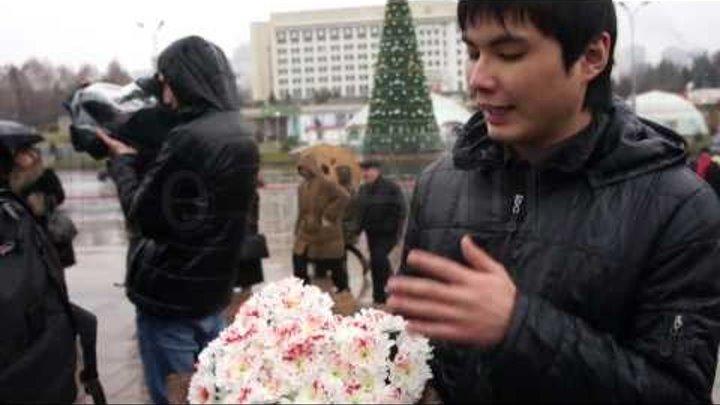 Цветы погибшим в Жанаозене 16 декабря 2011 года. Сюжет №252