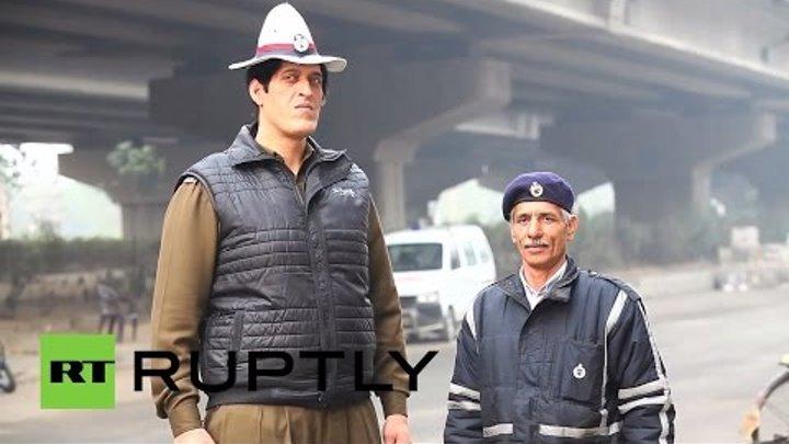 Индийский Дядя Степа: в штате Харьяна дороги патрулирует полицейский ростом 2,25 метра