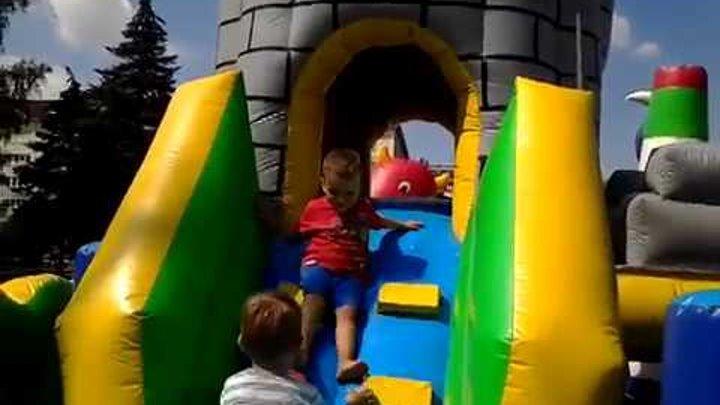 Детские развлечения батуты машинки паровозик