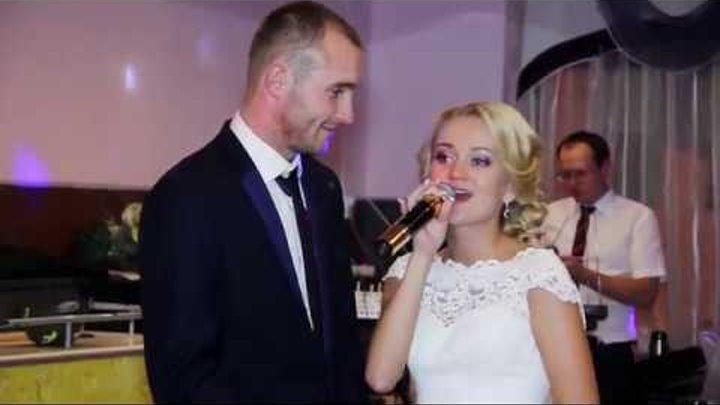 Невеста трогательно поет песню жениху на свадьбе