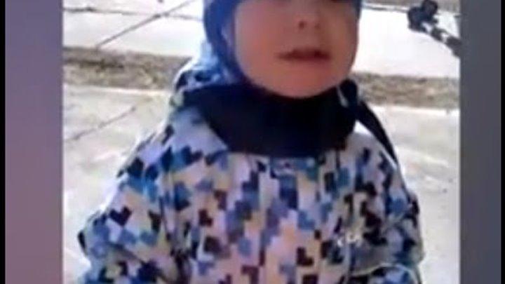 Детские игры на улице. Елисей, 1 год 6 месяцев, играет с геометрическими фигурами.