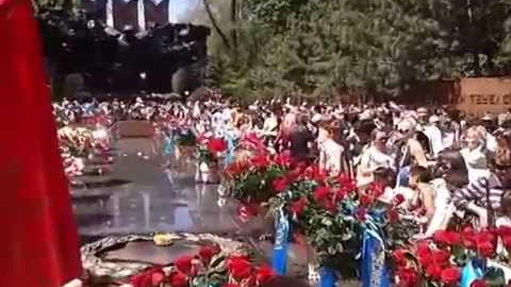 9 мая 2014 г. У Вечного Огня. Алматы. Парк им. 28 гвардейцев-панфиловцев