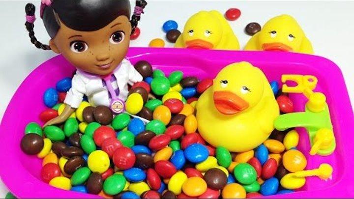 Доктор Плюшева пора искупаться Пупсик купается в ванной с конфетами ммдмс Учим цвета Видео для детей