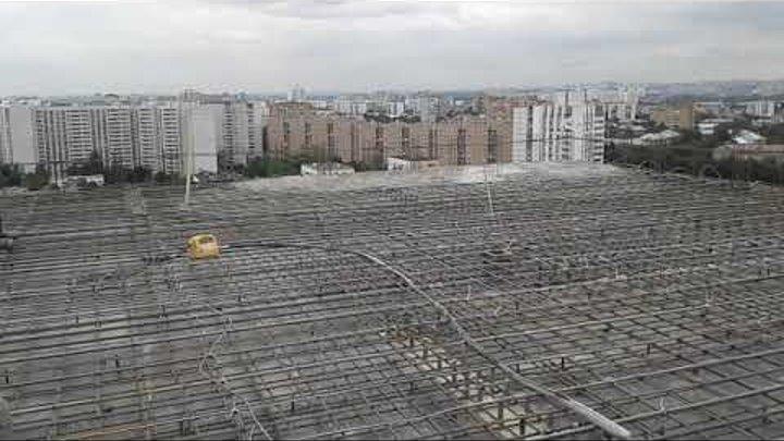 Крыша дома готова к заливке бетона