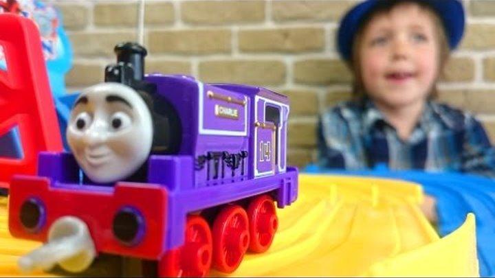 Гонки. ТОМАС и его друзья. Паровозик играет в гонки. Видео для детей.