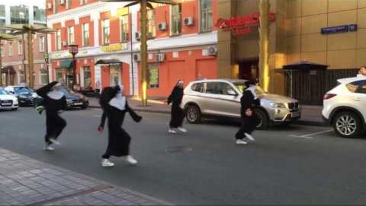 Монашки танцуют под Остановите Вите надо выйти