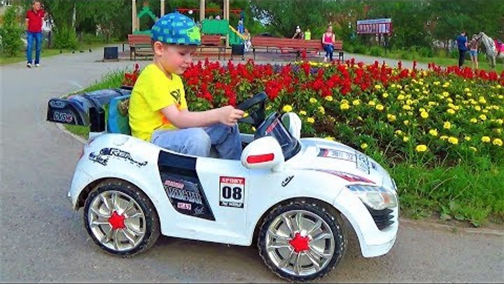 Макс катается на машине прыгает на батуте играет на детской площадке видео для детей