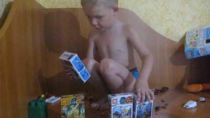 Егор начинает собирать нинзяко и лего
