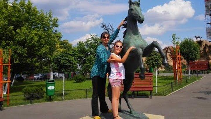 Ирочка Инфо гуляет в парке и смотрит достопримечательности Бухареста