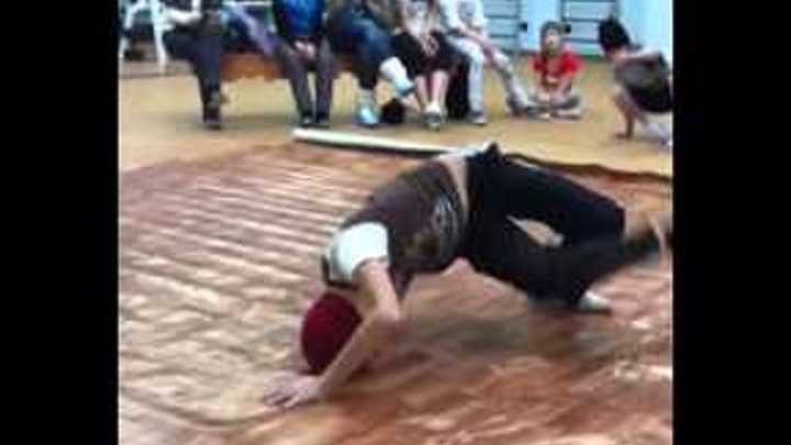 Дети танцуют брейк-данс