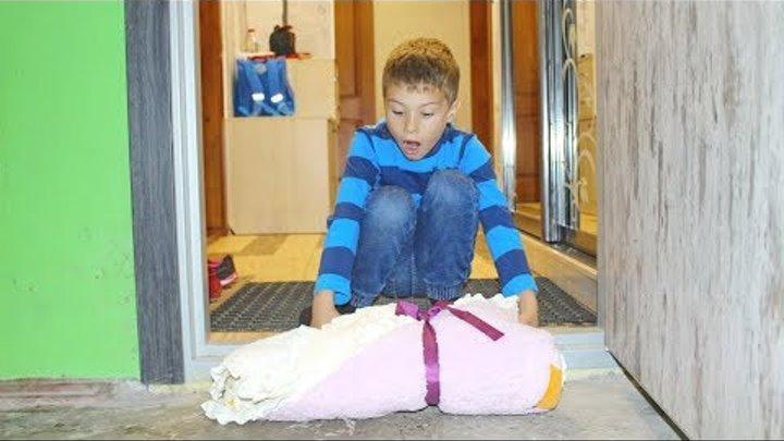ПОДКИНУЛИ РЕБЕНКА как мальчики играют в куклы БЕБИ БОРН девочка Катя плачет Baby Doll children