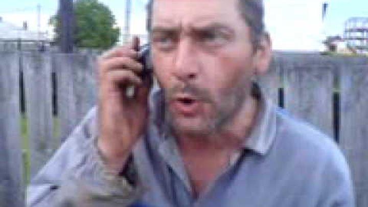 Andy vorbeste la telefon.3gp