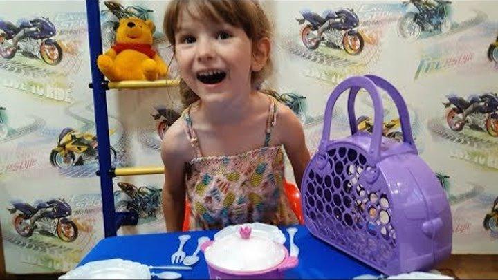 Распаковка Волшебная сумочка куклы барби. Папа и дочка распаковали сумочку.