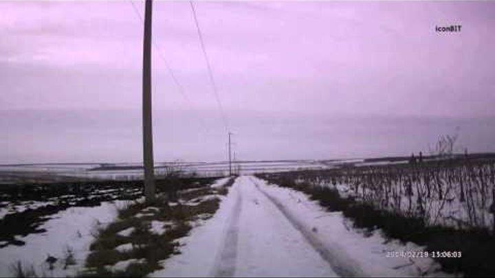 Tiguan зимой по полю в оттепель.