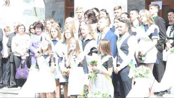 Випускники школи №5 співають пісню Скрябіна