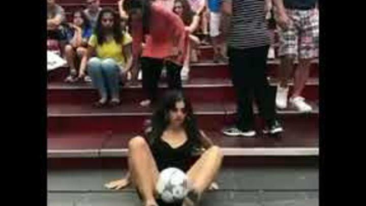 Девушки с футбольным мячом просто высший класс