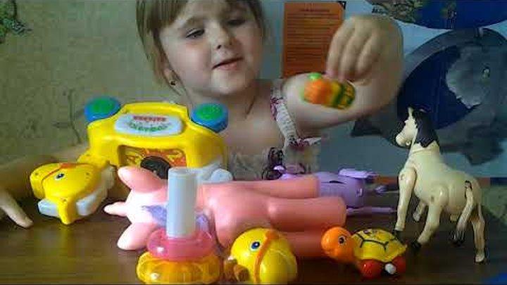 Виолетта отдает игрушки,настольные игры, книги детская энциклопедия в детский сад.