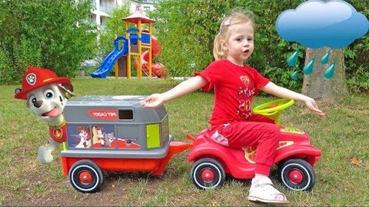Настя спасает патруль щенячий игрушки на детской площадке Funny Kid saving toys patrol at playground