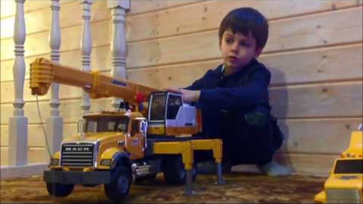 Bruder автокран MACK. Большие машинки от Брудер. Обзор и игра ребенка.