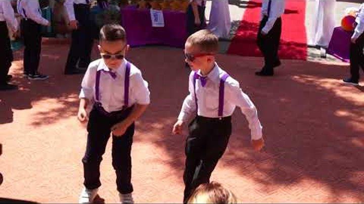Танец крутых парней на выпускной в детском саду!