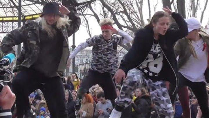 Odessa, 1st April 2018 girls dance / Одесса, 1го Апреля, танцы дечёнок (и пацана) в горсаду, Юморина