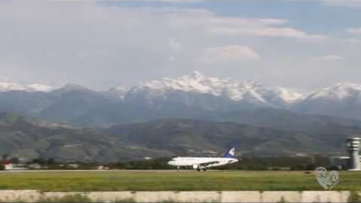 Прибытие самолета в Алматы с видом на горы Тянь-Шань