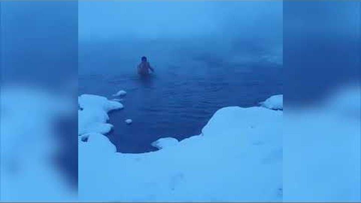 Нарушая запреты. Парень купается в -40 в Норильске.