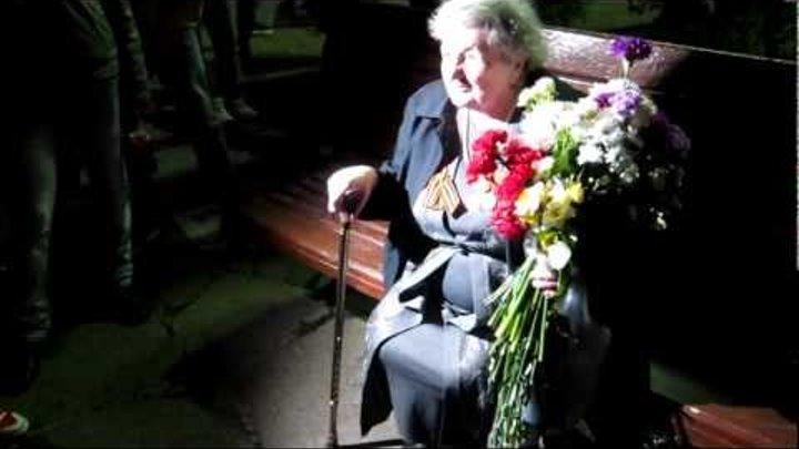 90-летняя бабушка-ветеран возле лагеря на Чистых прудах