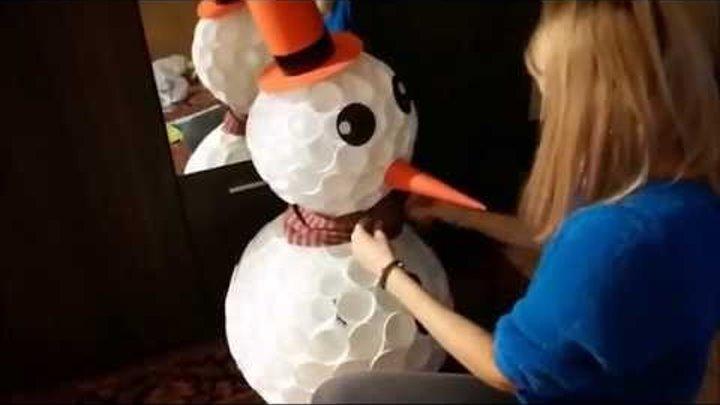 Снеговик из пластиковых стаканчиков и светодиодов LED RGB 2