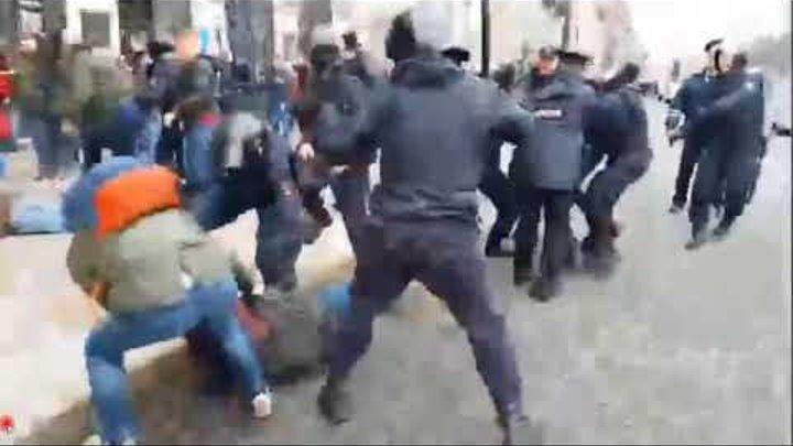 ОМОН в Петербурге бьет протестующих дубинками на митинге против путина 05,05,2018