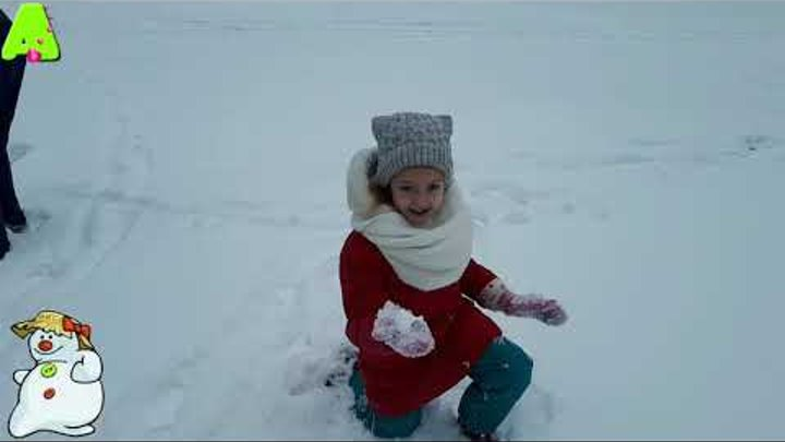 Пришла зима рады первому снегу The winter has come are glad to the first snow