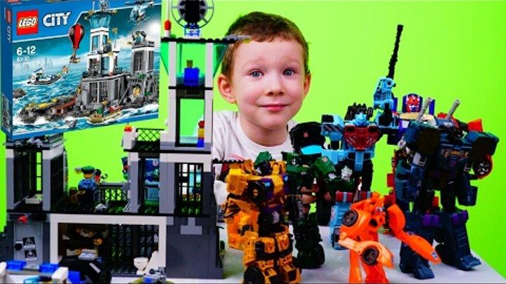 Трансформеры Автоботы сражаются с Десептиконами защищая Водную Полицию Лего Сити