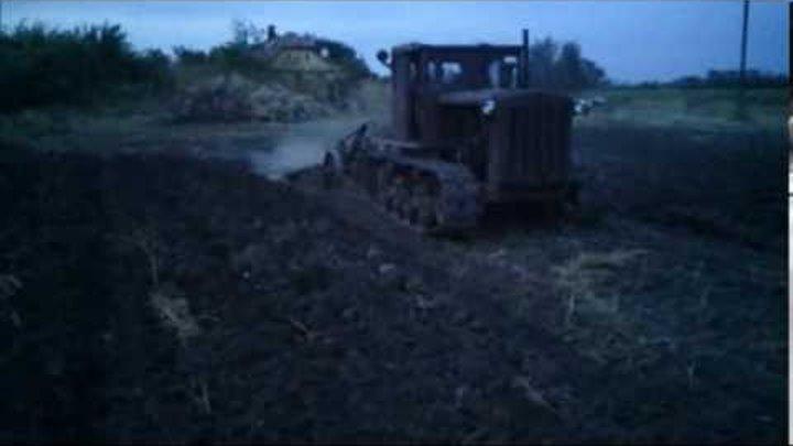 Szántás DT 54 lánctalpas traktorral, DT 54 трактор пахать
