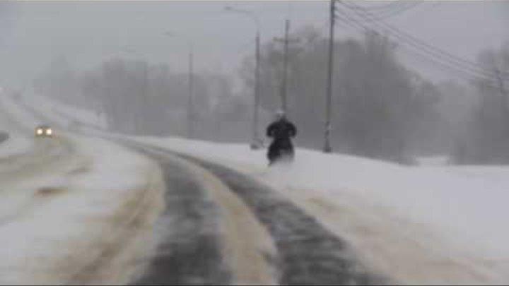 Зимой по трассе на мотоцикле