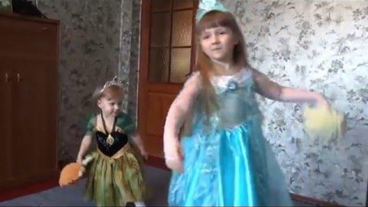 Эльза и Анна костюмы. Маша одевает платье Эльзы, играет куклами Эльза и Анна Фройзен (Frozen)
