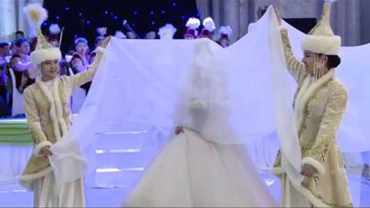 Красивый выход невесты в национальном стиле