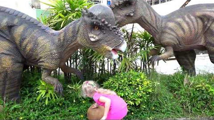 💩 ПЛАНЕТА ДИНОЗАВРОВ На нас напал Огромный Динозавр Милана очень ИСПУГАЛАСЬ детский Влог от Миланы