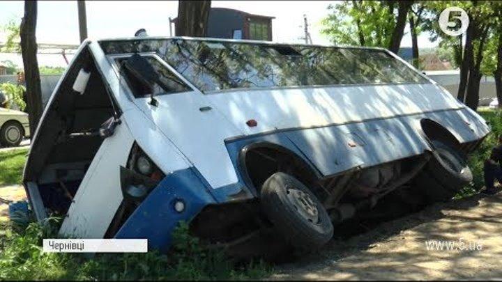 ДТП у Чернівцях: автобус з людьми перекинувся у кювет