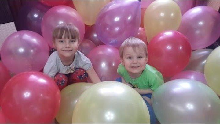 Много шариков. Лопаем воздушные шары. A lot of balls . Burst balloons .