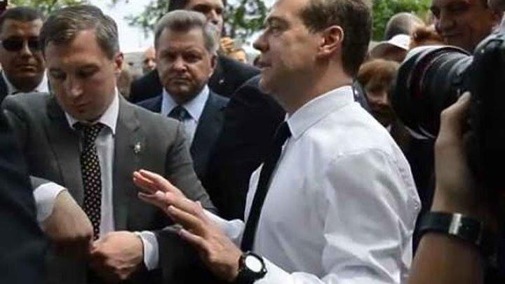 «Денег нет, но вы держитесь!» - ответил премьер Медведев пенсионерке